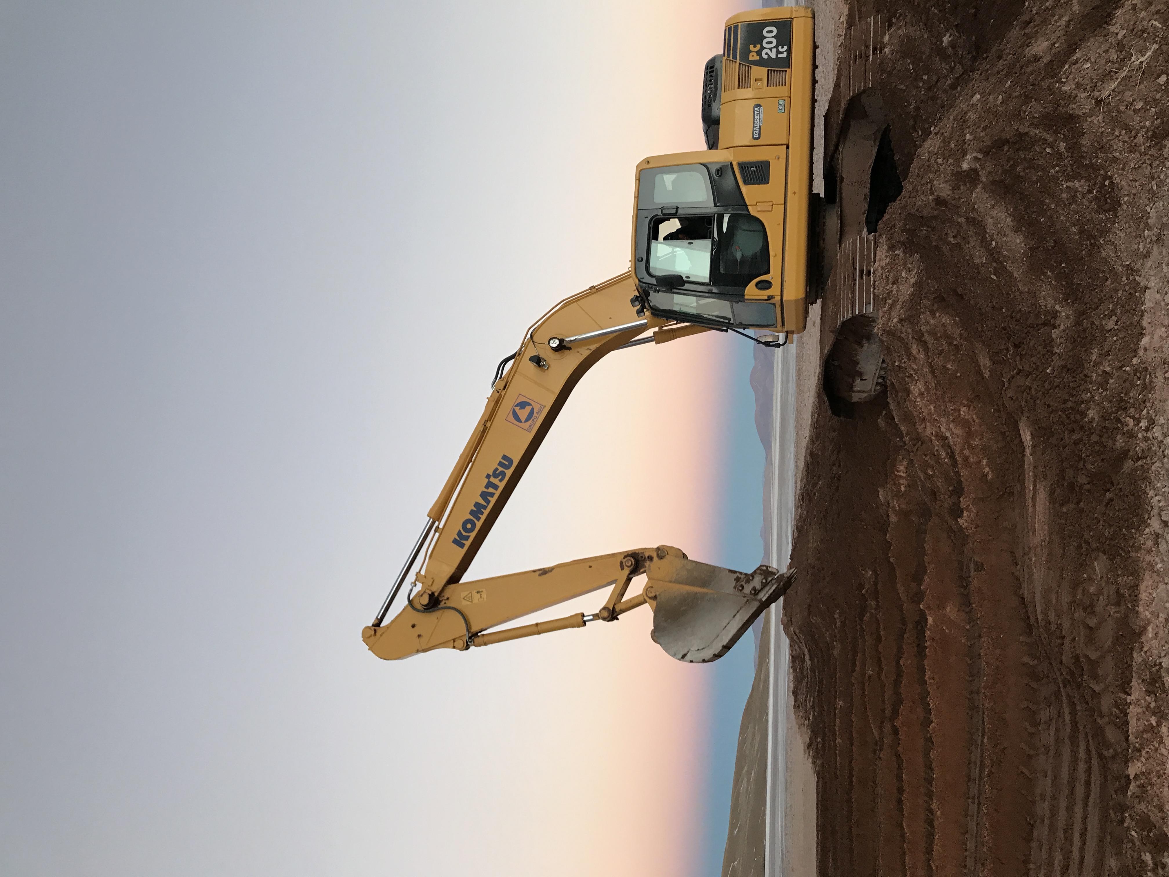excavadora al atardecer